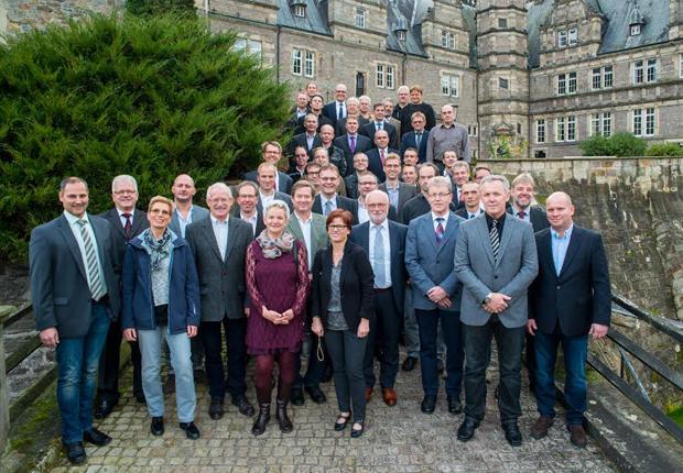 Die Unternehmerfamilie, der Vorstand und die Geschäftsführung bedankten sich bei den rund 80 Jubilaren für ihre Treue zum Unternehmen. (Foto: Lenze)