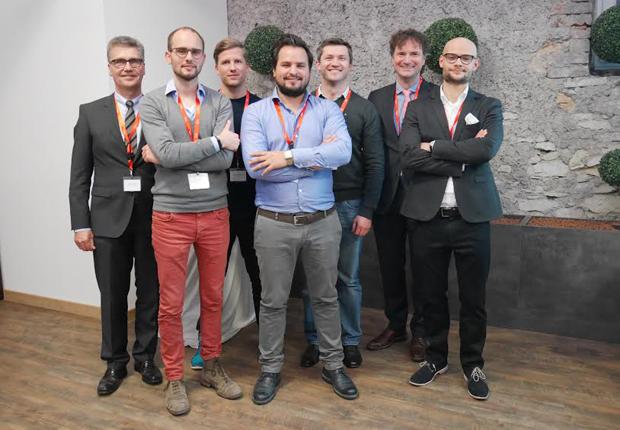 Hubert Böddeker (l.) und Rüdiger Kabst (2.v.r.) freuen sich über das Engagement der jungen Gründer. (Foto: TecUP)