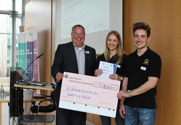 Freuten sich über die Platzierung und den Geldpreis: Ausbildungsleiter Nico Gottlieb und die beiden Auszubildenden Larissa Meier und Dominik Meyer (von links nach rechts). (Foto: HARTING)