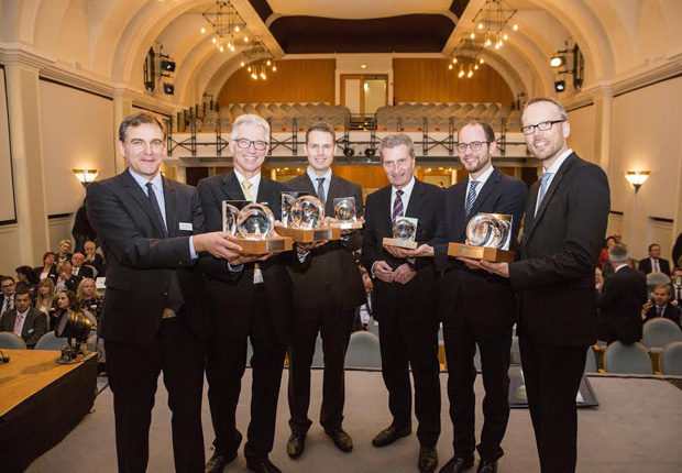 EU Kommissar Günther H. Oettinger mit den Preisträgern des OWL Innovationspreises MARKTVISIONEN. Dr. Ralf Stroop (medgineering), Dr. Bernd Welzel (Westfalia Automotive), Marcel Höcker (HöRe Logical Manufactoring), Christian Brandhorst (Narando), Thorsten Meier (BOGE KOMPRESSOREN Otto Boge GmbH & Co. KG). (v.l.n.r.) (Foto: OstWestfalenLippe GmbH)