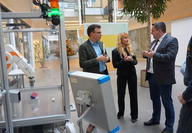 Landrat Dr. Axel Lehmann im Gespräch mit Sybille Hilker und Prof. Jürgen Jasperneite (v.r.n.l) (Foto: CENTRUM INDUSTRIAL IT (CIIT))