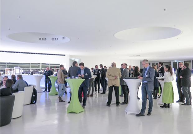 Rund 120 Teilnehmer sind zum ZOW_update Connected Living in die Skylobby des Theaters Gütersloh gekommen. (Foto: Clarion Events Deutschland GmbH)