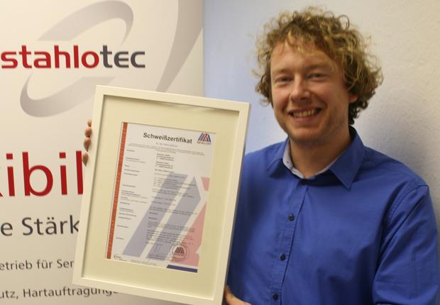 Geschäftsführer der stahlotec GmbH Christian Neyer mit Zertifikat (Foto: stahlotec GmbH)