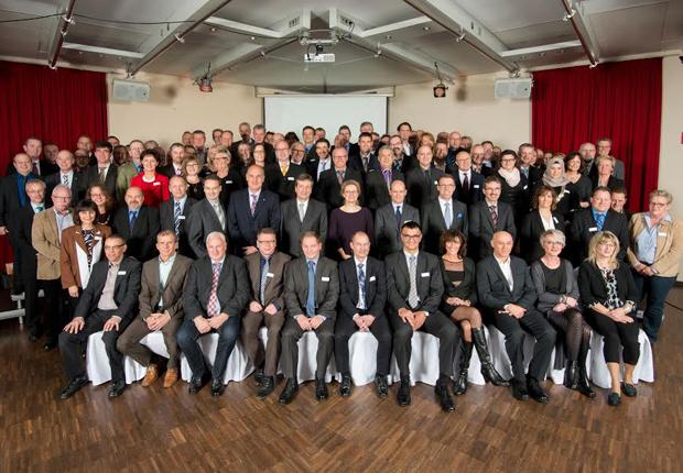 95 Jubilare aus drei Ländern kamen auf der internationalen Feier zusammen und tauschten sich über Ihre Zeit bei Weidmüller aus. (Foto: Weidmüller Gruppe)