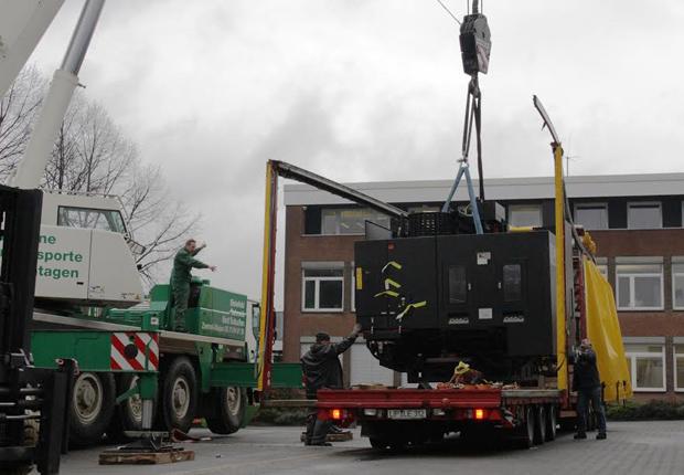 Vorsichtig hievt ein Kran das Kernelement der neuen Fräsmaschine vom Schwertransporter. (Foto: Lebenshilfe Bielefeld)