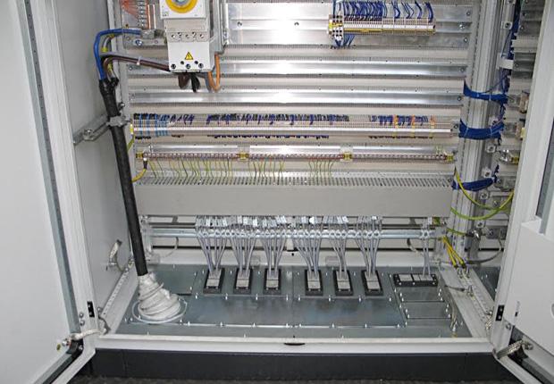 Verschmutzte Schaltschränke gehören mit einer Abdichtung mit Modulplatten der Vergangenheit an. (Foto: LOHMEIER Schaltschrank-Systeme GmbH & Co. KG)