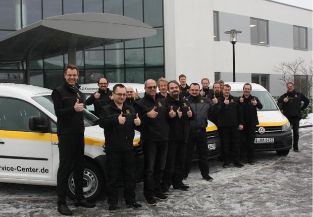 Peter Weichert (links), Geschäftsführer der HARTING Systems GmbH und der HARTING Service Center GmbH & Co. KG (HSC), freut sich über sein hoch motiviertes und kompetentes Team. (Foto: HARTING)