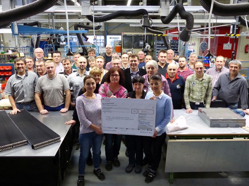 Geteilte Freude ist doppelte Freude: die Mitarbeiter der MöllerWerke aus dem Produktionsbereich Maschinenschutzabdeckungen freuten sich darüber, den Spendenbetrag in Höhe von 3.000 EUR an das Kinder- und Jugendhospiz zu überreichen. (Foto: möller Group)