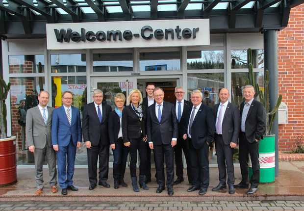 Start des ELA Firmenrundgangs mit Ministerpräsident Stephan Weil vor dem ELA Welcome-Center. (Foto: ELA Container GmbH)