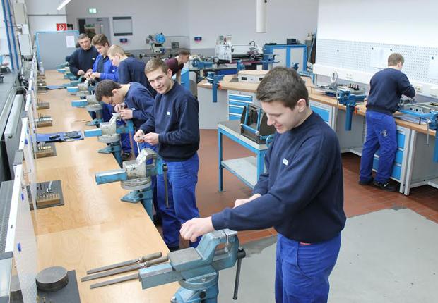 Viel Betrieb herrscht in der Lehrwerkstatt bei B+K (Foto: Bischof + Klein SE & Co. KG)