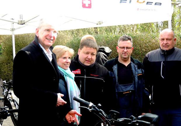 Andreas Uhlitz (links), Leiter Grundsatzfragen im Bereich Personal bei Weidmüller und Tobias Hempelmann (r., Hempelmann Lippe-Bikes) erfreuen sich gemeinsam mit Mitarbeitern an zahlreichen gutgelaunten E-Bike-Testern. (Foto: Weidmüller)