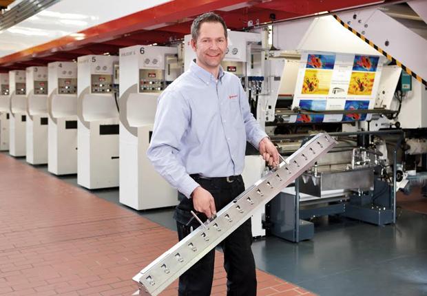 Frank Masche, Technischer Kundenberater; ist einer der rund 2.500 Mitarbeiter in der Windmöller & Hölscher Gruppe. Im Technikum des Unternehmens ist er für die Kundenvorführungen der Druckmaschinen verantwortlich. (Bildquelle: W&H; Urheber: Niklas Stoll)
