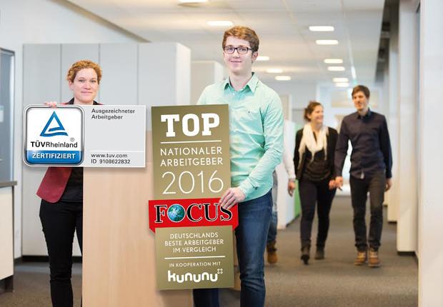 Kathrin Pogrzeba (Personalleitung Minden) und Kevin Wöbbeking (Dualer Student Wirtschaftsingenieurwesen) präsentieren die neuen Arbeitgeberauszeichnungen. (Foto: WAGO)
