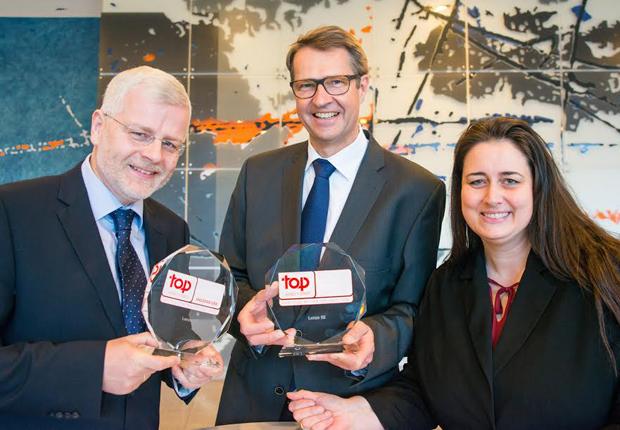 Freuen sich über die Auszeichnung: v.l.: Ralf Klemme, Head of Human Resources, Vorstandsvorsitzender Christian Wendler und Verena Liane Ottermann, Human Resources Managerin. (Foto: Lenze)