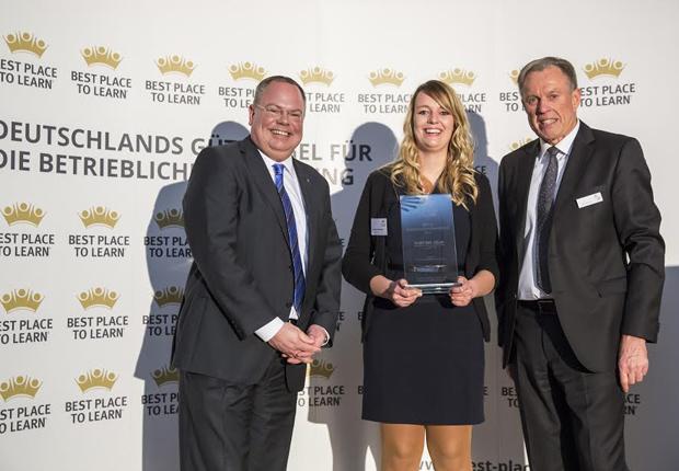 HARTING Ausbildungsleiter Nico Gottlieb (links) und Ausbilderin Jacqueline Heinemeyer nahmen den Preis von AUBI-Geschäftsführer Heiko Köstring entgegen. (Foto: HARTING)