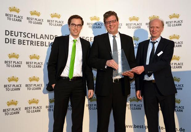 Von links: Moritz Lott und Thomas Heimann (beide WAGO) mit Dieter Sicking (Geschäftsführer AUBI-plus) (Foto: WAGO)