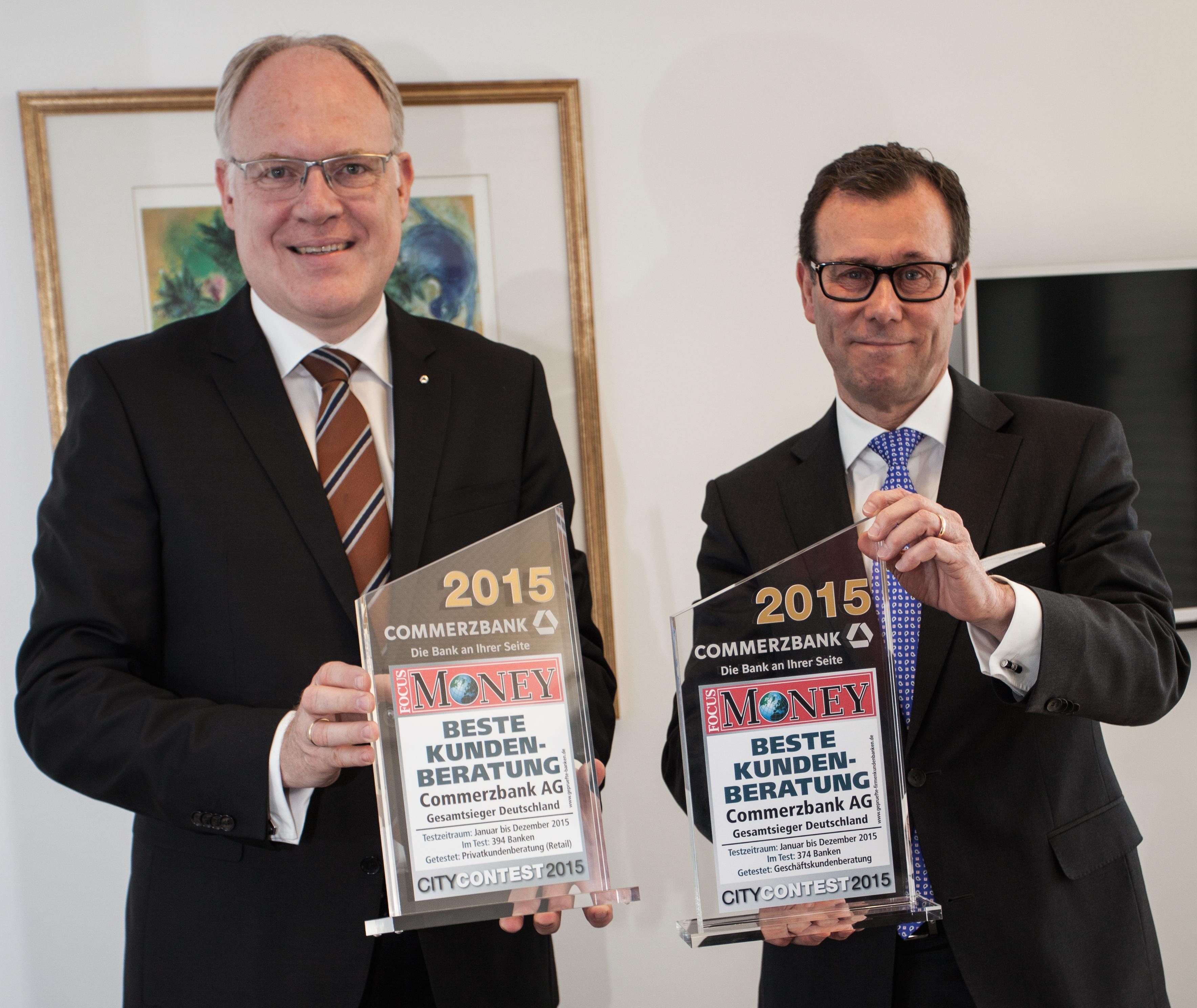 v.l.: Frank Brüggemann, Niederlassungsleiter Privatkunden und Hans-Jürgen Stricker, Niederlassungsleiter Mittelstand Bielefeld, Commerzbank AG. (Foto: Press Medien)