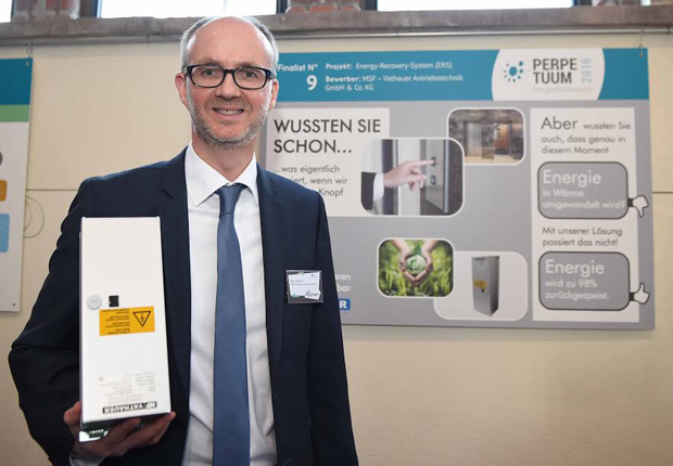 Marc Vathauer mit Energy-Recovery-System (Quelle: Britta Pedersen, DENEFF)