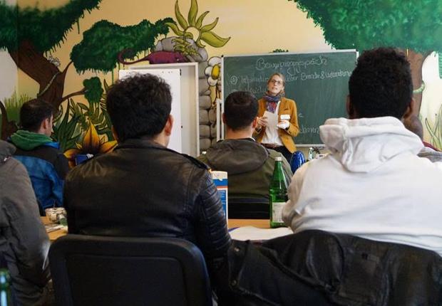 Wirtschaftsjuniorin Jessica Runde informiert Geflüchtete bei RE/init zur Vorbereitung auf ein Bewerbungsgespräch. (Quelle: Julian Sievers)
