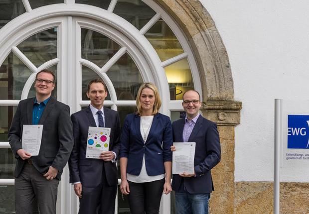 (v.l.): Dr. Jan Stockhorst, EWG-Geschäftsführer Dr. Manfred Janssen, Inga vom Hagen-Hülsberg und Yassine Mokdad (Foto: EWG Rheine mbH)
