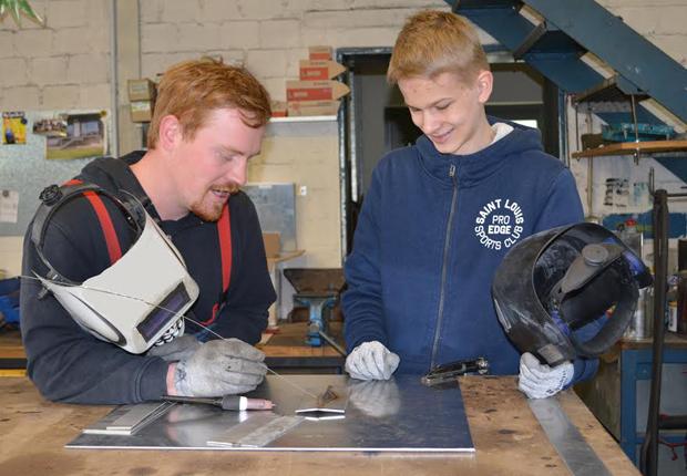 Metallbau-Geselle Niklas Stefan von der Firma Ventker Metallbau erklärt dem Realschüler Timm Spellbrink, worauf es beim Schweißen ankommt. (Foto: KreishandwerkerschaftSteinfurt-Warendorf)