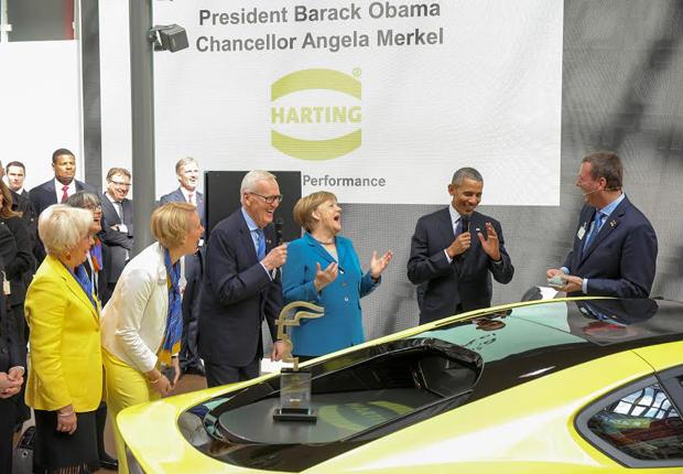 (v.l.n.r.) Familie Harting begrüßt die beiden Staatsoberhäupter: Margrit Harting, Maresa Harting-Hertz, Dietmar Harting, Angela Merkel, Barack Obama, Philip Harting (Foto: HARTING)