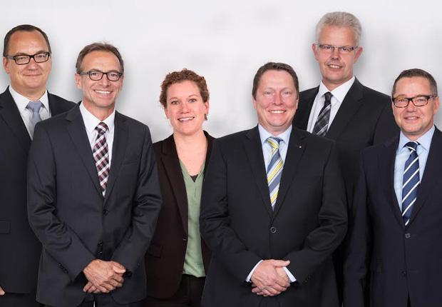 Die WAGO-Geschäftsleitung (von links): Christian Sallach (Geschäftsleitung Marke- ting), Jürgen Schäfer (Geschäftsleitung Vertrieb), Kathrin Pogrzeba (Geschäftslei- tung Personal & Organisation), Sven Hohorst (Geschäftsleitung Interconnection), Ulrich Bohling (Geschäftsleitung Produktion) und Axel Börner (Geschäftsleitung Finanzen & IT). (Foto: WAGO)