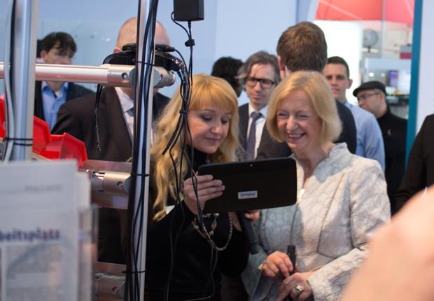 Bundesministerin Johanna Wanka (r.) überzeugte sich auf dem BMBF-Messestand von den intelligenten technischen Lösungen der Lemgoer Forscher unter dem Dach des CENTRUM INDUSTRIAL IT (CIIT). CIIT-Geschäftsführerin Sybille Hilker (l.) stellte ihr die Funktionen des virtuellen Post-its auf einem Tablet vor. (Foto: CENTRUM INDUSTRIAL IT (CIIT))