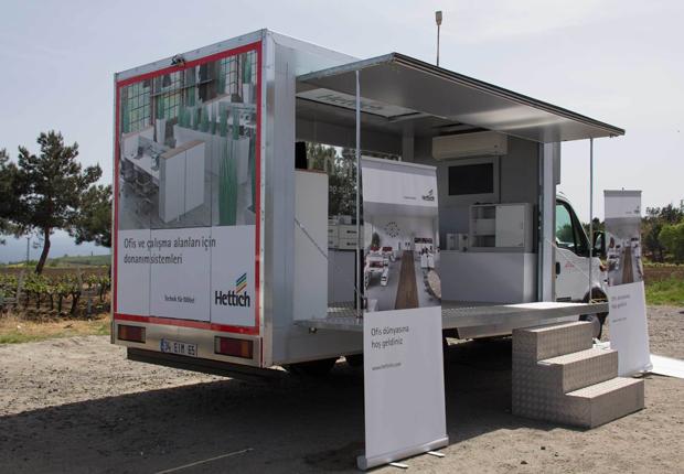 Vier Wochen ist Hettich mit einem mobilen Showroom in der Türkei unterwegs und präsentiert seine Beschläge für das Büro. (Foto: Hettich)