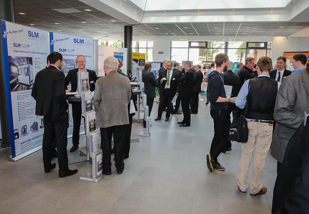 Besucher des 2. Forums Produktion 2015 beim branchenübergreifender Wissensaustausch auf der begleitenden Messeausstellung. (Foto: Wachstumsregion Ems-Achse e. V.)