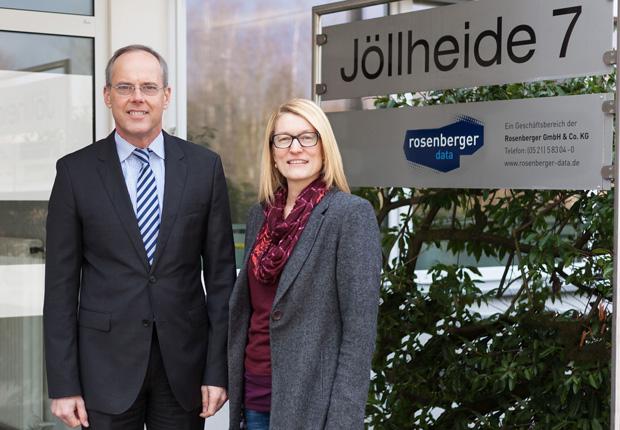 Umzug geschafft: Andreas Boenke (Geschäftsführer Rosenberger-Gruppe) und Kerstin Ostermann (Technische Leitung rosenberger | data) vor dem neuen zweiten Firmensitz der Rosenberger-Gruppe. (Foto: Rosenberger-Gruppe)