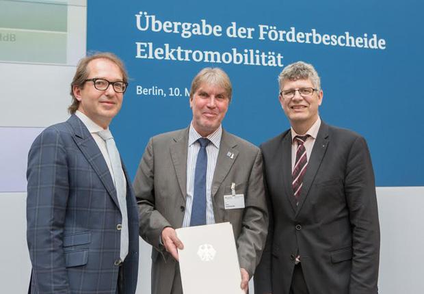 (von links): Verkehrsminister Alexander Dobrindt übergab am 10. Mai den Förderbescheid an Klaus Schafmeister in Anwesenheit von Bundestagsabgeordneten Christian Haase. (Foto: Kreis Lippe)