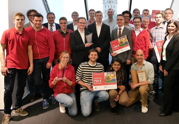 Universität Paderborn, TecUP: Die Juroren und die vier Gewinnerteams freuen sich über die gelungene Veranstaltung. (Foto: Universität Paderborn)