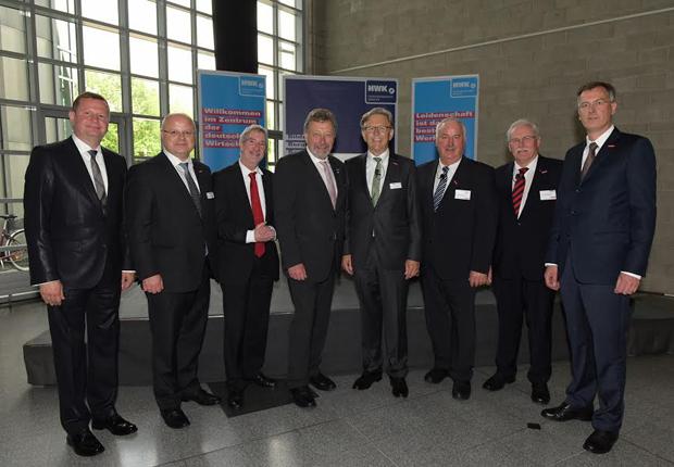 Amtswechsel (v.l.) Reiner Nolten (WHKT), Dr. Thomas Ostendorf, Dr. Günther Horzetzky, Hermann Eiling, Hans Hund, Franz Wieching, Josef Trendelkamp, Dirk Palige (Foto: Handwerkskammer Münster)