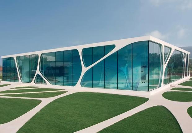Der Glass Cube – hinter dieser modernen Glasfassade liegt das modern Präsentationszentrum von Leonardo. (Foto: TEAM GmbH)
