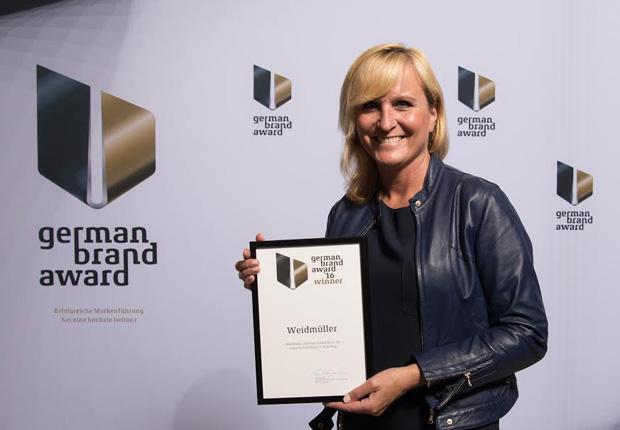 Marion Sommerwerck, Leiterin Unternehmenskommunikation bei Weidmüller, nimmt den German Brand Award entgegen. (Foto: Weidmüller)