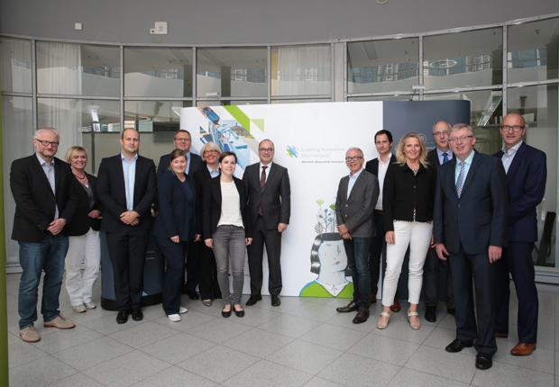 Die Wirtschafsförderungskonferenz Münsterland unterstützt das Projekt Enabling Innovation: (vlnr.) Reinhard Bernshausen (Bezirksregierung Münster); Julia Rösler (Regionalagentur Münsterland); Bernd Büdding (Münsterland e.V.); Janita Tönnissen (AFO der Westfälischen Wilhelms-Universität), Joachim Brendel (IHK Nord-Westfalen); Petra Michalczak-Hülsmann (gfw Warendorf); Katarina Kühn (AFO der Westfälischen Wilhelms-Universität; Klaus Ehling (Münsterland e.V.); Stefan Adam (TAFH Münster GmbH); Dr. Christian Junker (Technologieförderung Münster); Birgit Neyer (WEST mbH); Thomas Harten (HWK Münster); Dr. Heiner Kleinschneider (WFG Borken); Dr. Thoms Robbers (Wirtschaftsföderung Münster); Dr. Elisabeth Birckenstaedt (Westfälische Hochschule) (Foto: Münsterland e.V.)
