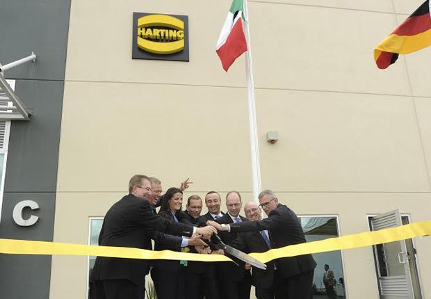 Vorstandsvorsitzender Philip Harting (Zweiter von links) eröffnete mit weiteren HARTING Managern das Werk in Silao (Mexiko). (Foto: Harting)