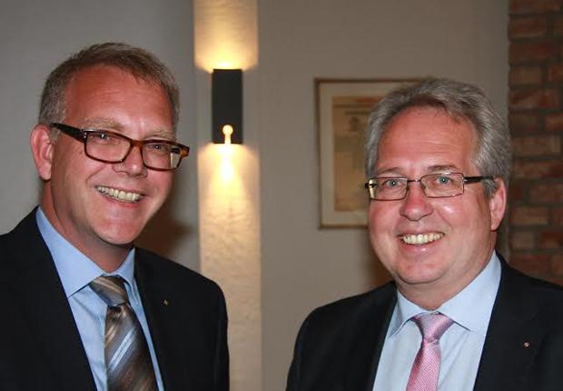 Seit dem heutigen Montag das jüngste Mitglied im Rotary-Club Herford- Hanse: Club-Präsident Klaus Oehler (li.) heißt Landrat Jürgen Müller im Kreis der rotarischen Freunde herzlich willkommen. (Foto: Müller)