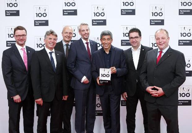 Ranga Yogeshwar übergibt der ESSMANN GROUP die Auszeichnung TOP 100 Innovator 2016: (v. l. n. r.) Ralph Fels (Leitung Produktmanagement), Frank Wienböker (Gesamtleitung Vertrieb), Ralf Schröder (Leitung Strategischer Einkauf), André General (Leitung Personalmanagement), Ralf Dahmer (Vorsitzender der Geschäftsführung) und Stefan Schneider (Leitung Technik) (Foto: compamedia)