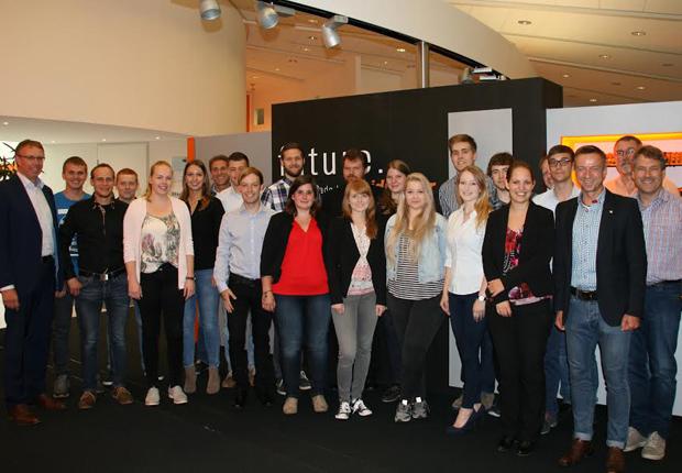 18 junge Menschen schlossen bei Weidmüller ihre Ausbildung und ihr Studium erfolgreich ab und erhielten ihre Zeugnisse. (Foto: Weidmüller)