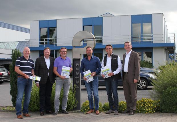 Von links: Holger Hans (Peters-Gruppe), Bernard Krone (Ems-Achse), Heinrich-Geert Peters, Henry Maatmann, Heiko Peters (alle Peters-Gruppe) und Dr. Dirk Lüerßen (Ems- Achse). (Foto: Ems-Achse)