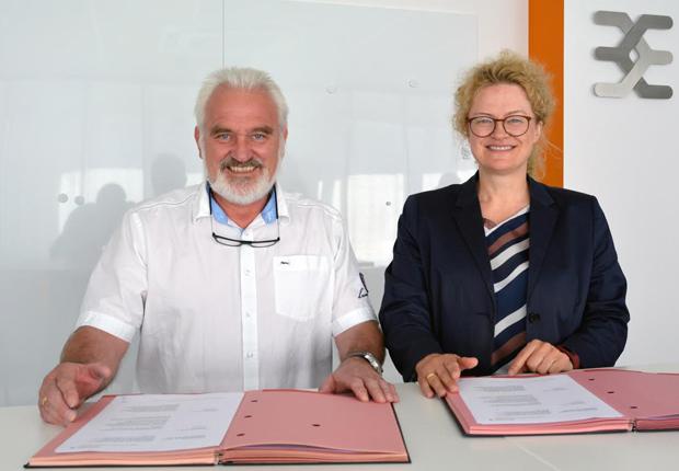 Gemeinsame Unterschrift zur Einigung: Robert Chwalek (Betriebsratsvorsitzender Weidmüller), Elke Eckstein (Vorstand Operations Weidmüller) (Foto: Weidmüller Gruppe)