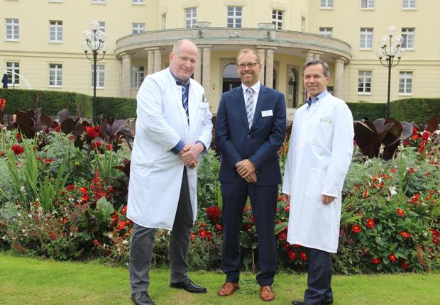 Das Team der Park Klinik Bad Hermannsborn (v.l.) – Dr. Gerhard Alexander Müller, Peer Kraatz und Dr. Hartmut Heinze – blicken ambitioniert in die Zukunft und präsentieren die Klinik mit altbewährtem und erweitertem Spektrum. (Foto: Gräfliche Kliniken)
