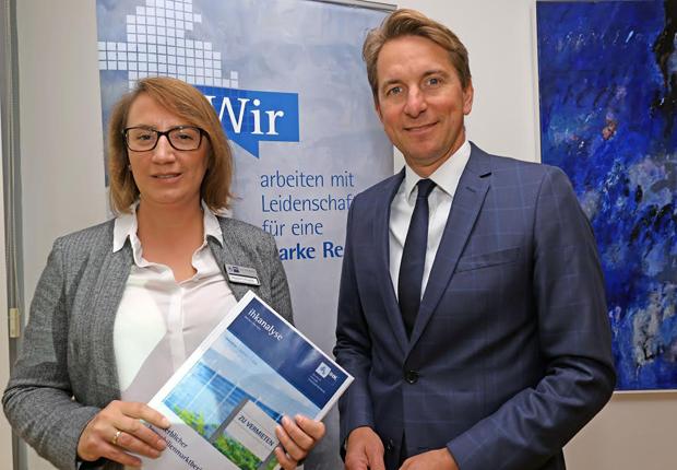 Stellten den Gewerblichen Immobilienmarktbericht 2016 vor: IHK-Hauptgeschäftsführer Marco Graf und IHK-Dienstleistungsreferentin Magdalena Knappik (Foto: IHK)