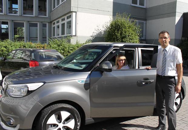 Freuen sich über das neue Elektroauto für die Stadt Büren: Brunhilde Franke, stellvertretende Abteilungsleiterin Stadt Büren sowie Bürgermeister Burkhard Schwuchow (Foto: Stadt Büren)