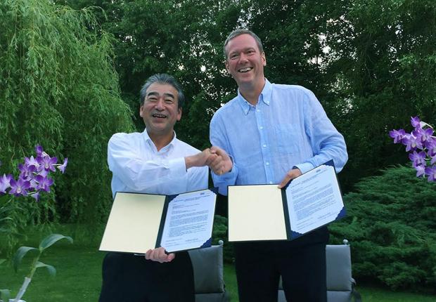 HIROSE-Präsident Kazunori Ishii (links) und Vorstandsvorsitzender Philip Harting freuen sich auf die künftige Zusammenarbeit. (Foto: HARTING)