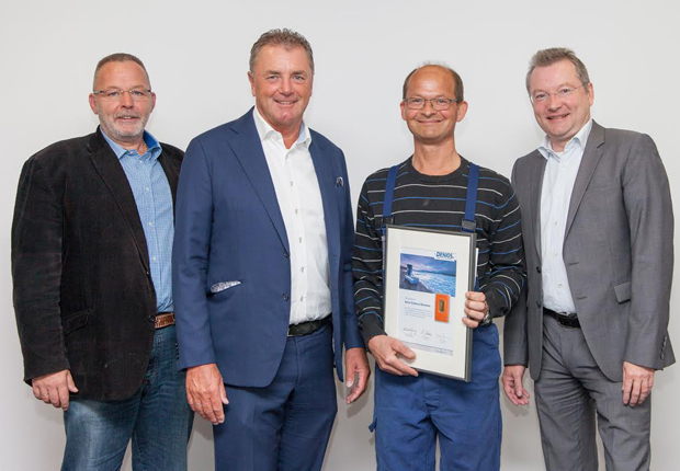 v.l.n.r. Produktionsleiter Ingo Barth, Vorstandsvorsitzender Helmut Dennig, Jubilar Andreas Neumann (mit Urkunde) und Vorstandsmitglied Benedikt Boucke. (Foto: DENIOS AG)
