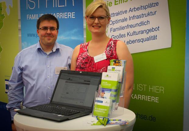 Jens Stagnet und Sabrina Schmidt von der Ems-Achse sind regelmäßig auf Messen unterwegs, um über die Region zu informieren. (Foto: Ems-Achse)