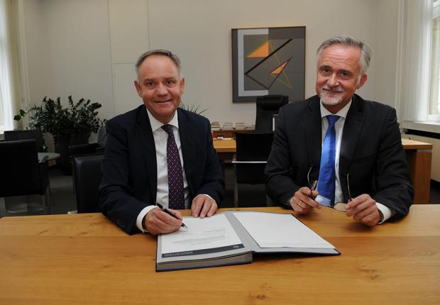 Prof. Dr. Rainer Schwarz (l.) und Osnabrücks Oberbürgermeister Wolfgang Griesert (r.) anlässlich der Vertragsunterzeichnung. (Foto: FMO Flughafen Münster/Osnabrück)
